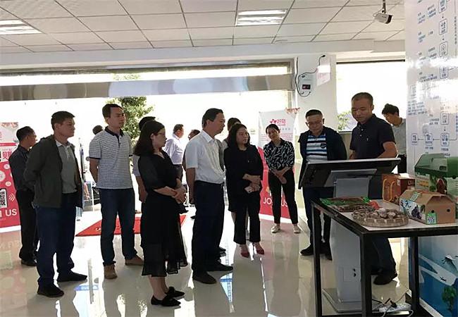 [弥渡县]上海市援疆第一批企业---上海闽龙实业有限公司到弥渡县电子商务公共服务中心参观考察
